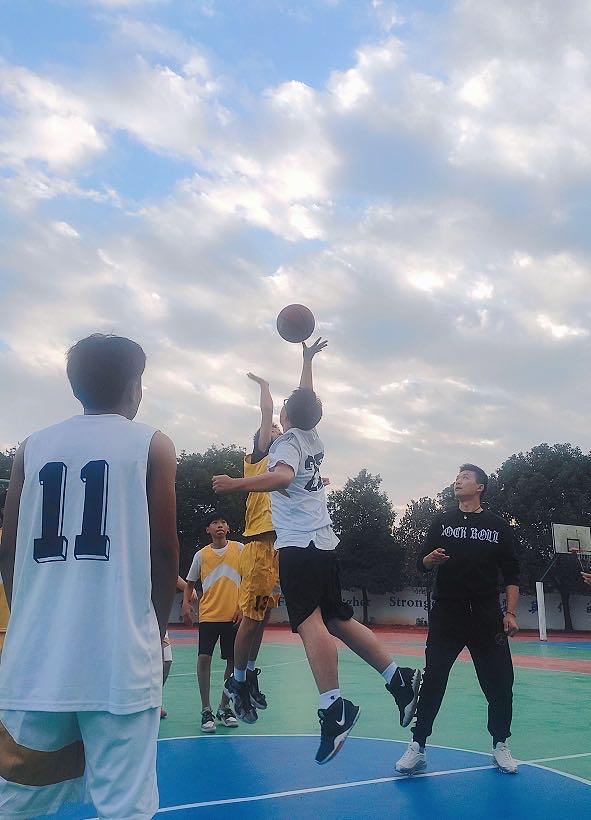 欢腾的校内篮球赛